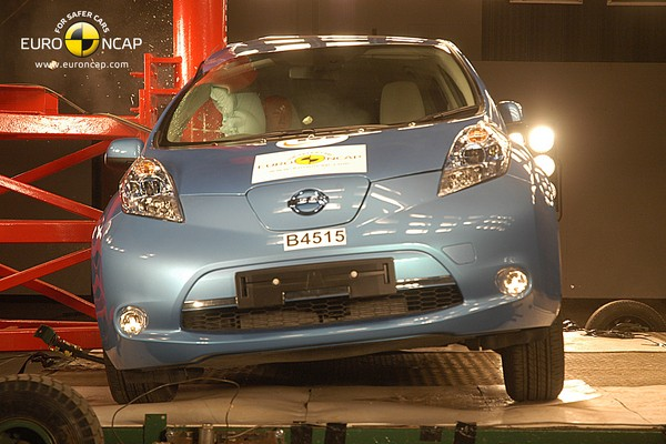 Testy zderzeniowe : Nissan LEAF - video w mojeauto.tv